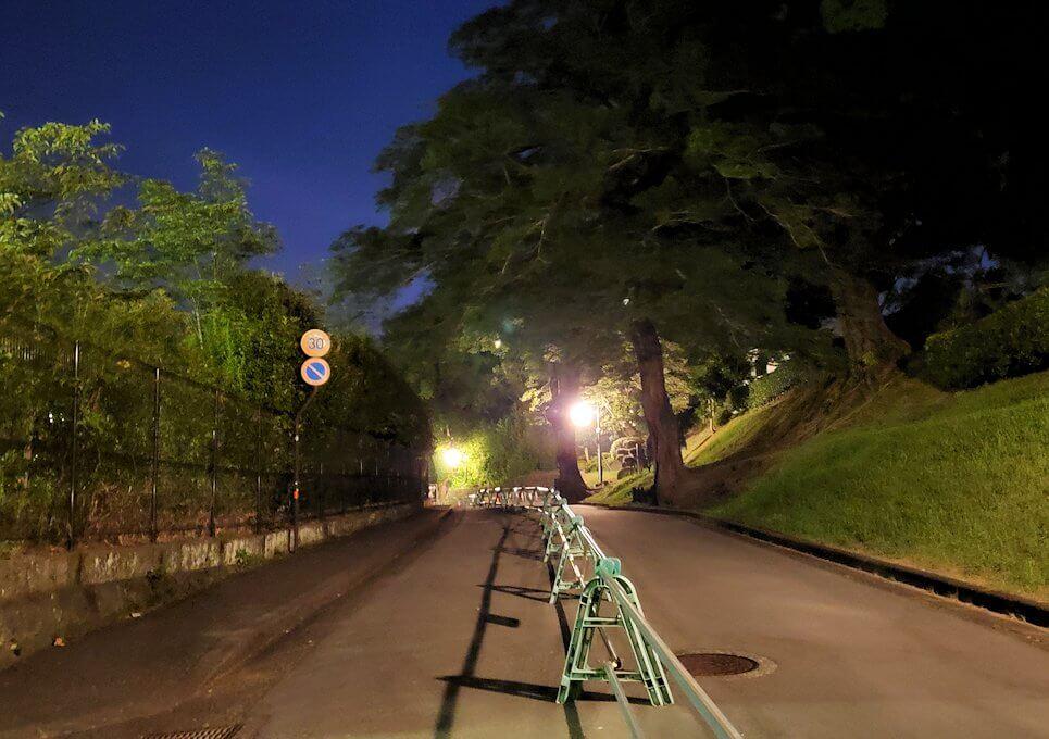 夜に熊本城で本丸方向へと向かう-1