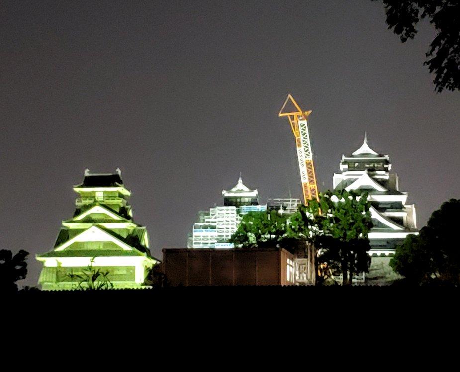 夜に熊本城で二ノ丸公園から本丸を眺める-1