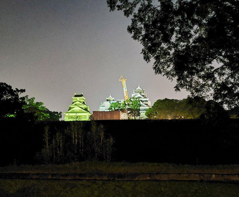 夜に熊本城で二ノ丸公園から本丸を眺める