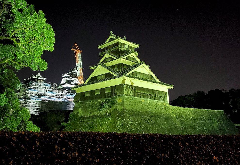 夜に熊本城で加藤神社脇から宇土櫓を眺める