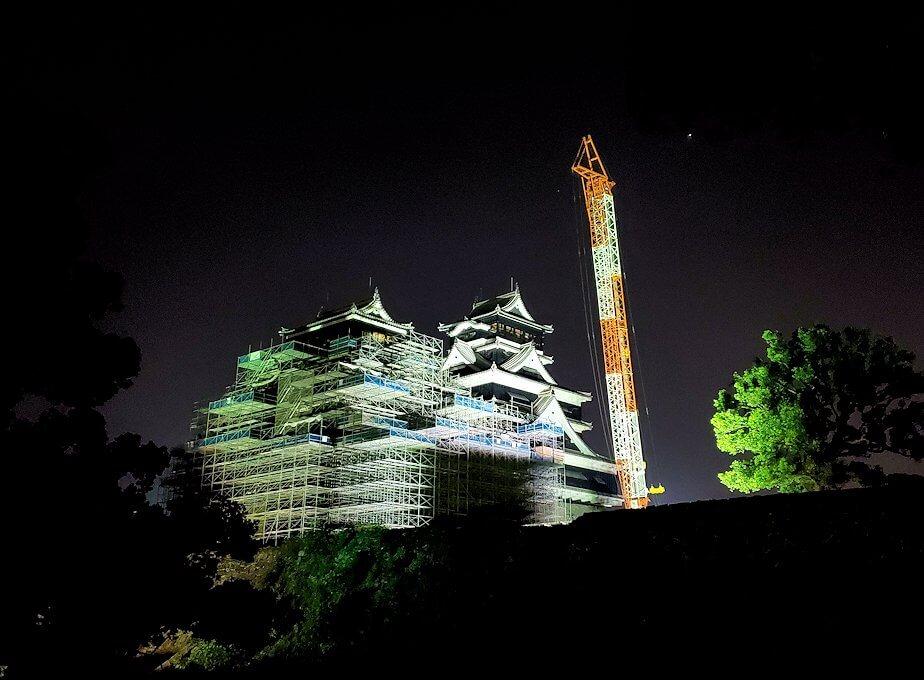 夜に熊本城で加藤神社から天守閣を眺める
