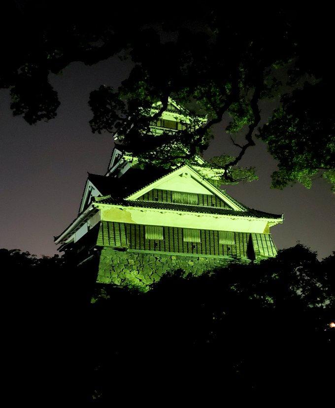 夜に熊本城で加藤神社から宇土櫓を眺める