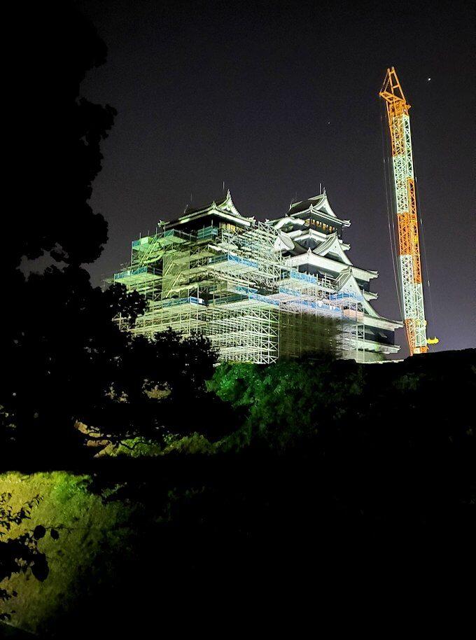 夜に熊本城で加藤神社から大小の天守閣を眺める