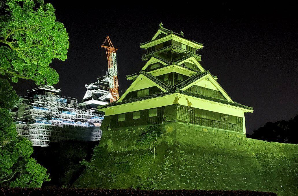夜にライトアップされている宇土櫓を眺める