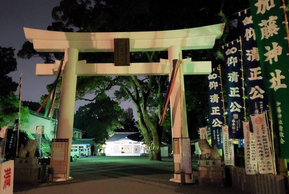 夜の加藤神社を去る