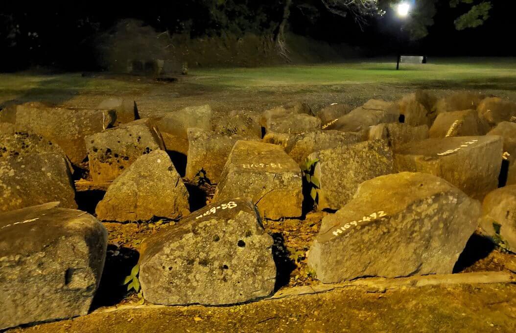 夜の二ノ丸公園内にあった、崩れた熊本城石垣が保管されている