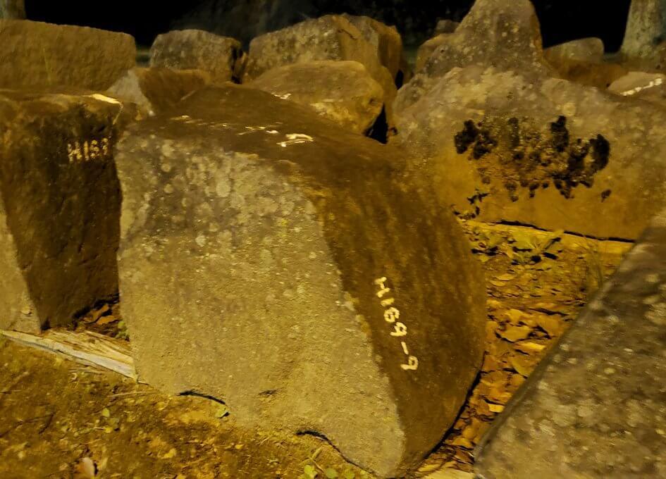 夜の二ノ丸公園内にあった、崩れた熊本城石垣が保管されている-1