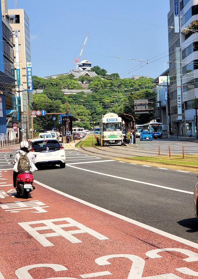 熊本市内の繁華街から歩いて熊本城を目指す