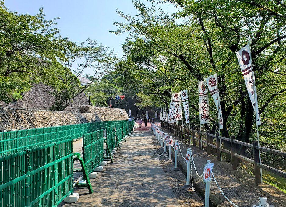 熊本城本丸へと繋がる行幸坂を進む