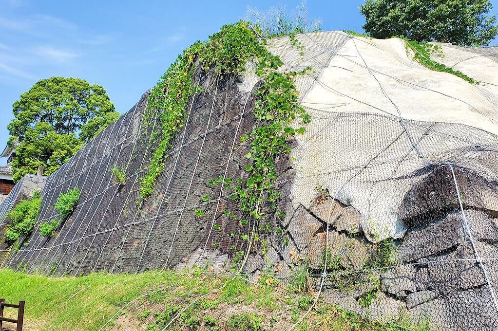 熊本城本丸へと繋がる行幸坂を進むと途中に見えた、崩れた石垣