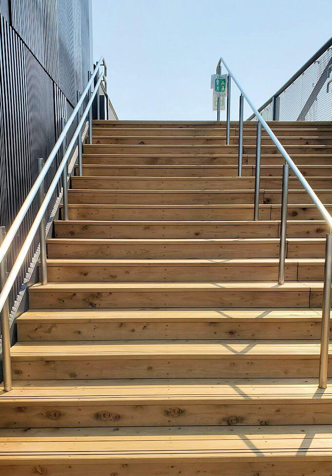熊本城本丸近くの有料ゾーンの階段を登る