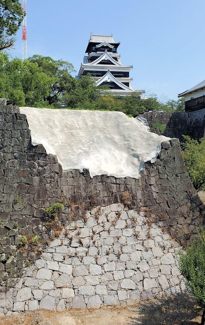 熊本城本丸近くの有料ゾーンから崩れた石垣と天守閣を眺める