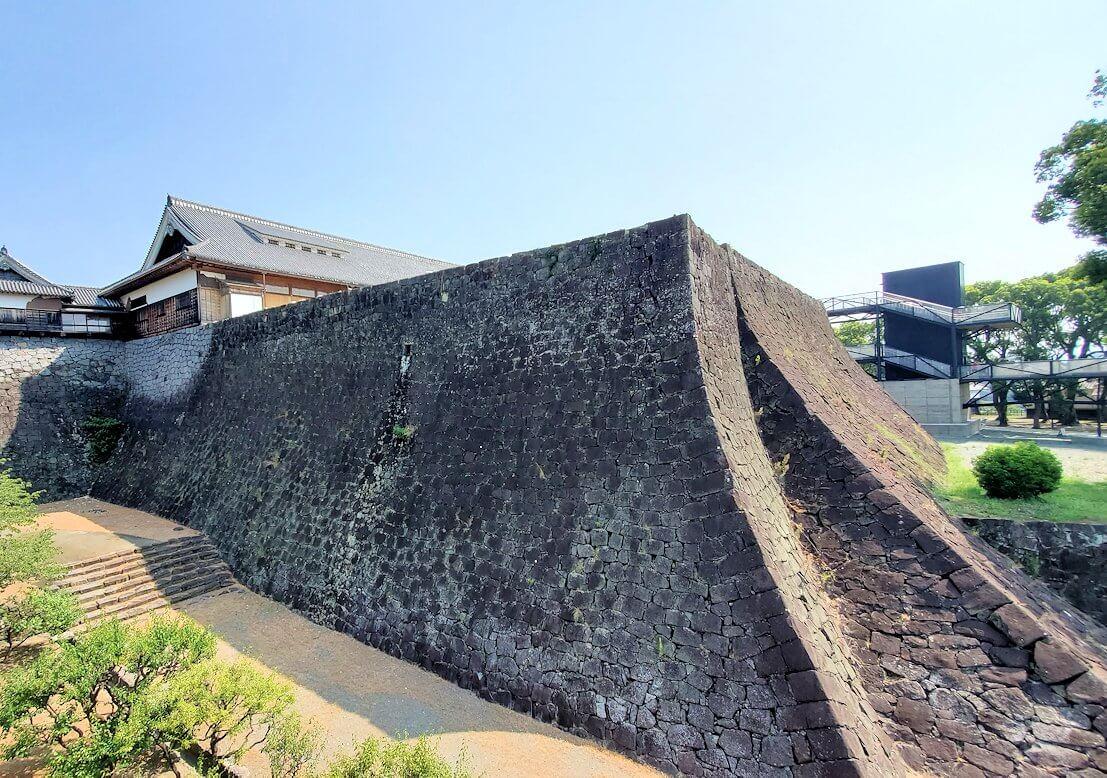 熊本城の2様の石垣を眺める