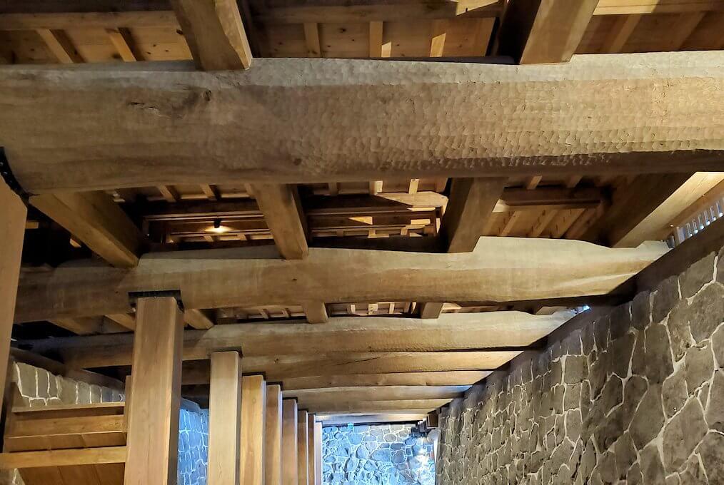 熊本城本丸の見学ルートを進んで、本丸御殿の下の通路の天井を眺める