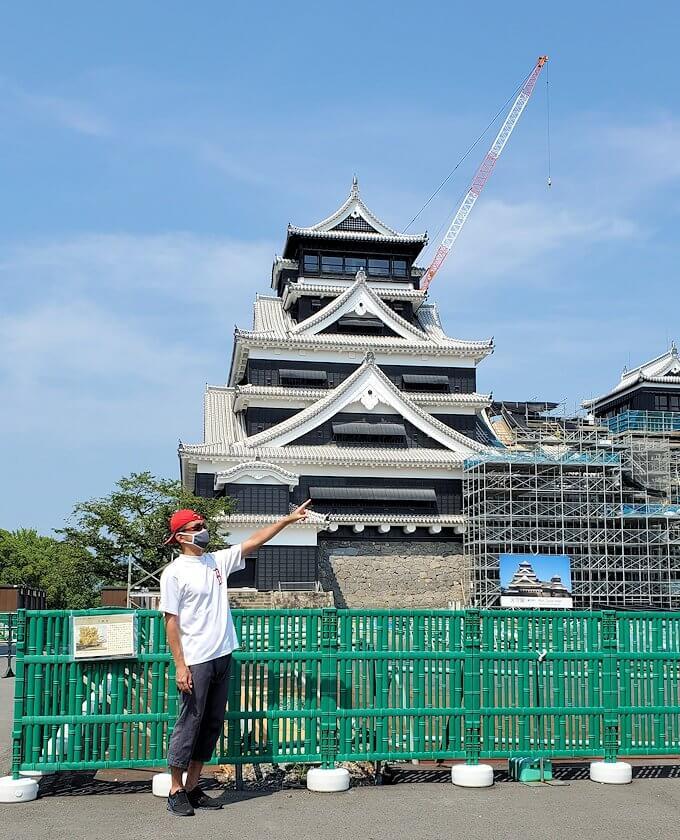 熊本城天守閣前で記念撮影