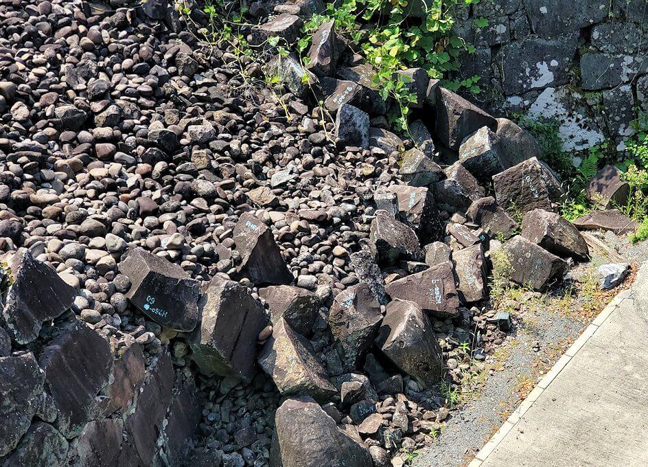 熊本城で無残に崩壊した石垣-1