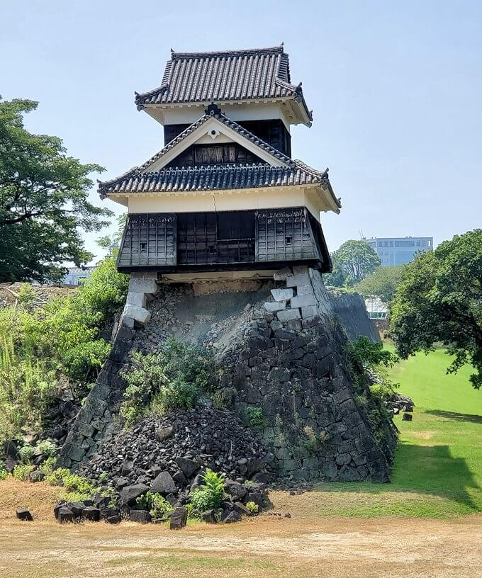 熊本城の北西部分に建つ戌亥櫓と、崩れた石垣