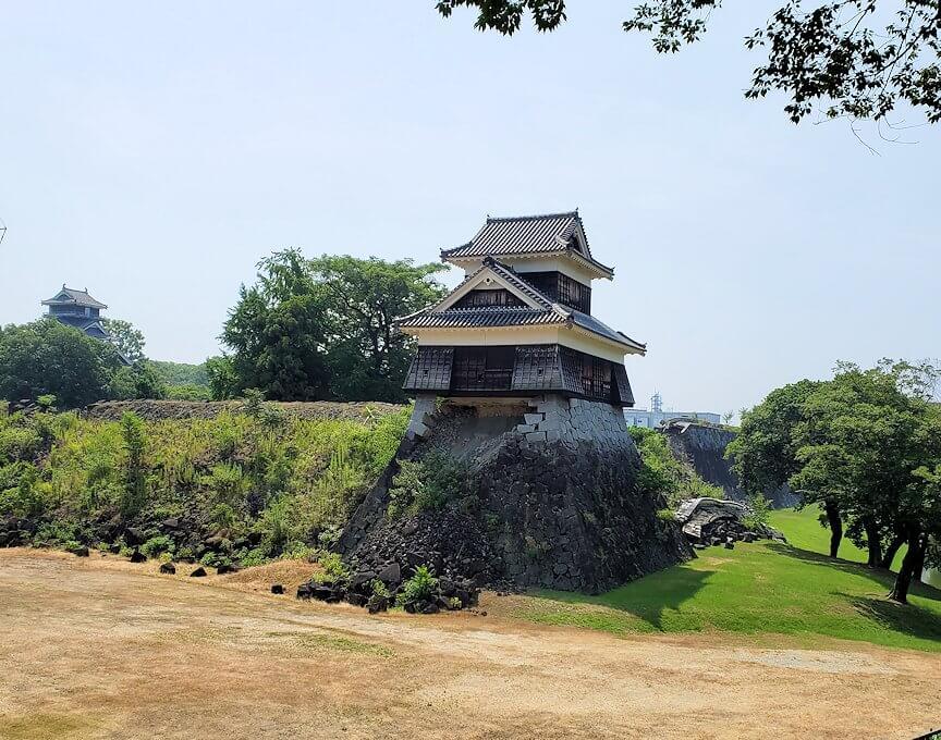 熊本城の北西部分に建つ戌亥櫓と、崩れた石垣-1