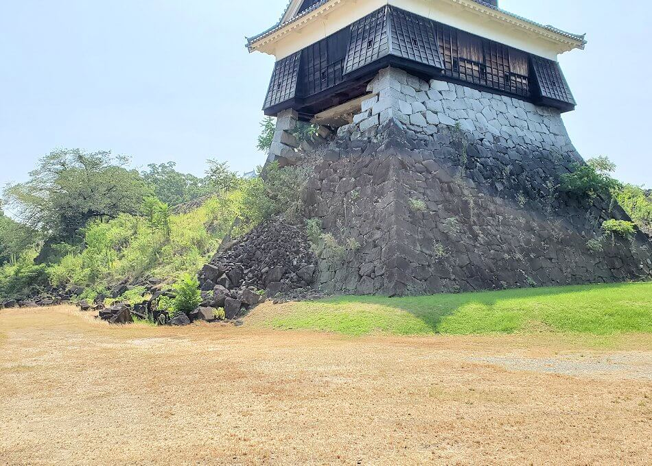 熊本城の北西部分に建つ戌亥櫓で、崩れた石垣を眺める