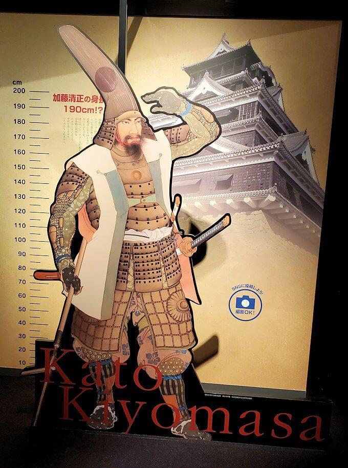 熊本城敷地のわくわく座内に置かれていた、清正との背比べ
