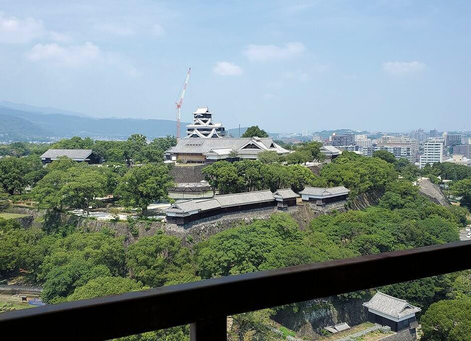 熊本市役所の展望台フロアから熊本城を眺める