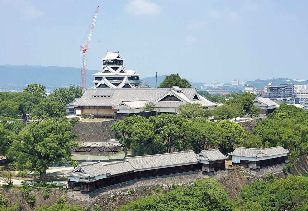 熊本市役所の展望台フロアから熊本城を眺める-1
