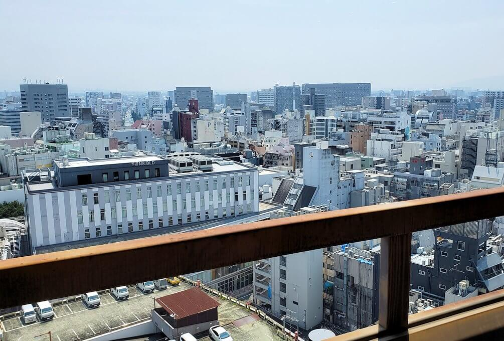 熊本市役所の展望台フロアから南側を眺める