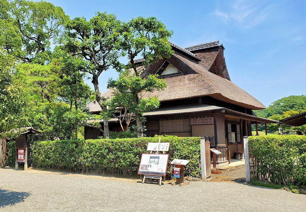 水前寺公園内にある、茅葺屋根の建物