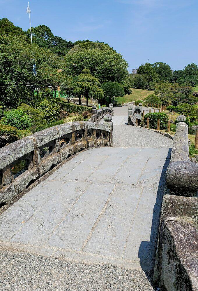 水前寺成趣園内の石橋を歩く