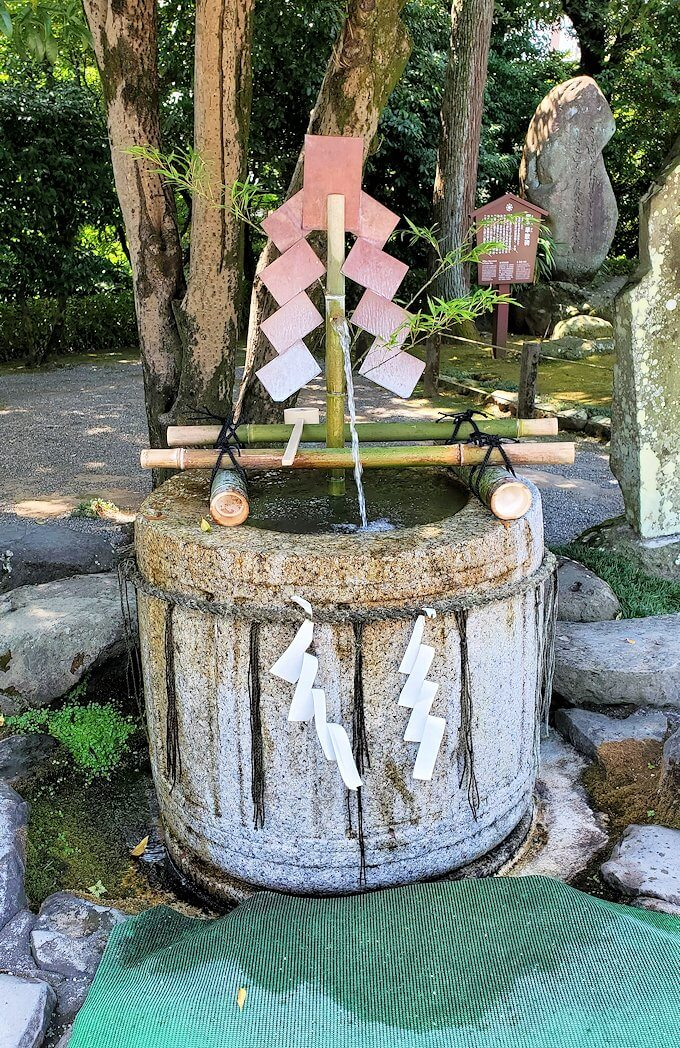水前寺成趣園内の石橋から庭園にある長寿の水