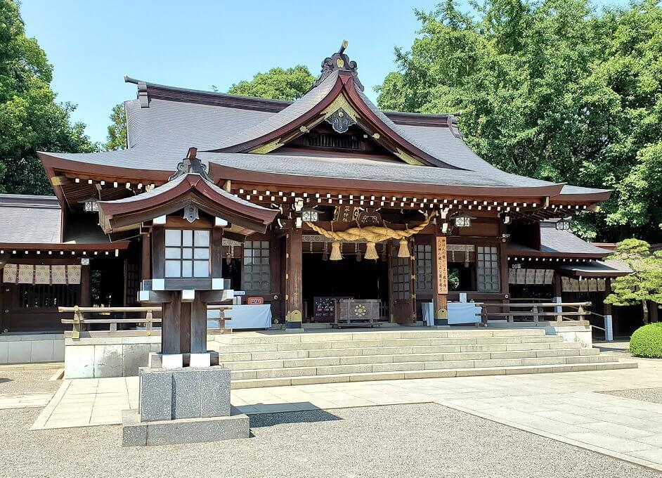 水前寺成趣園内の石橋から庭園にある出水神社の社殿