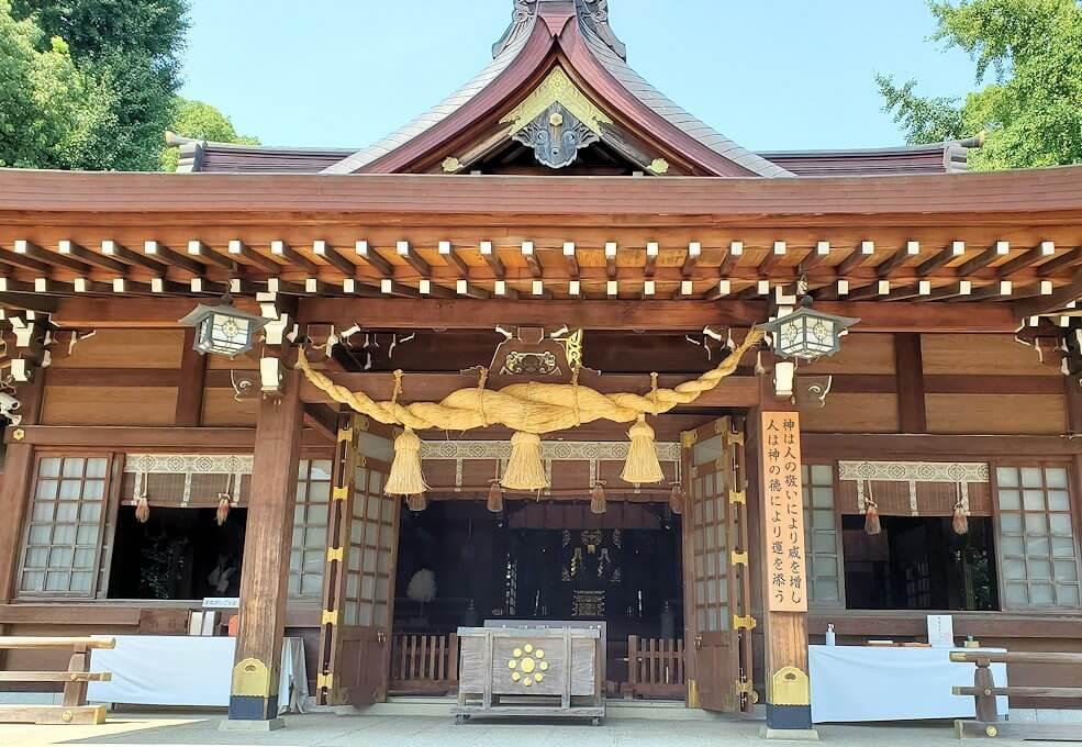 水前寺成趣園内の石橋から庭園にある出水神社の社殿-1