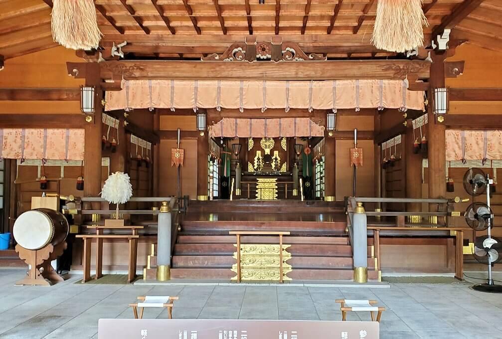 水前寺成趣園内の石橋から庭園にある出水神社の社殿-3
