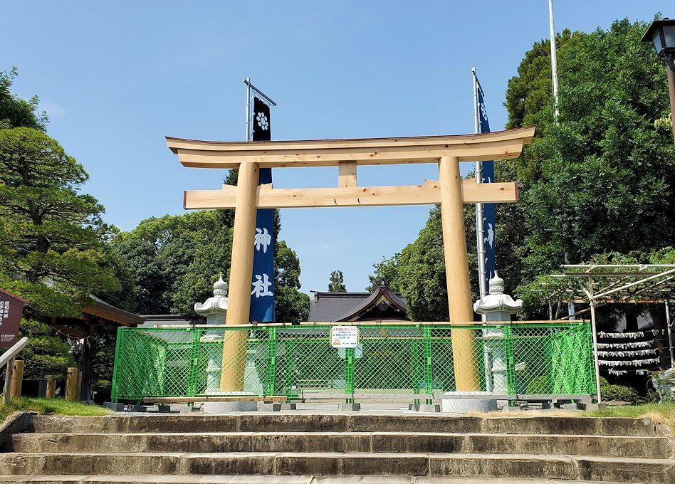 水前寺成趣園内の石橋から庭園にある出水神社の鳥居は工事中