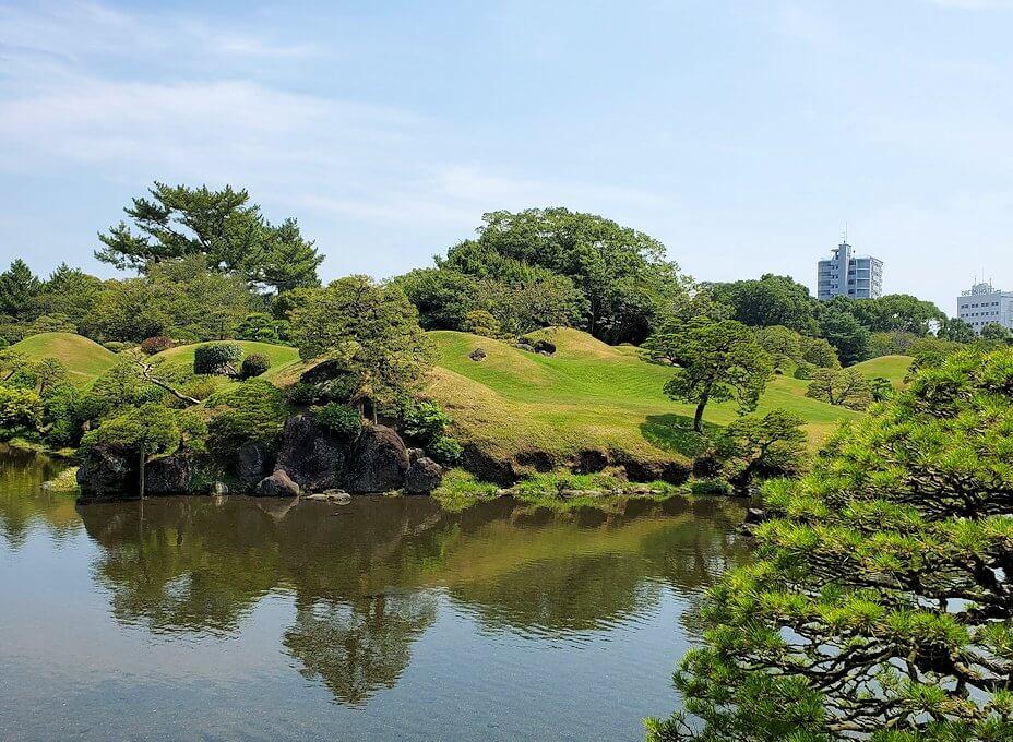 水前寺成趣園内の石橋から庭園にある出水神社から眺める庭園