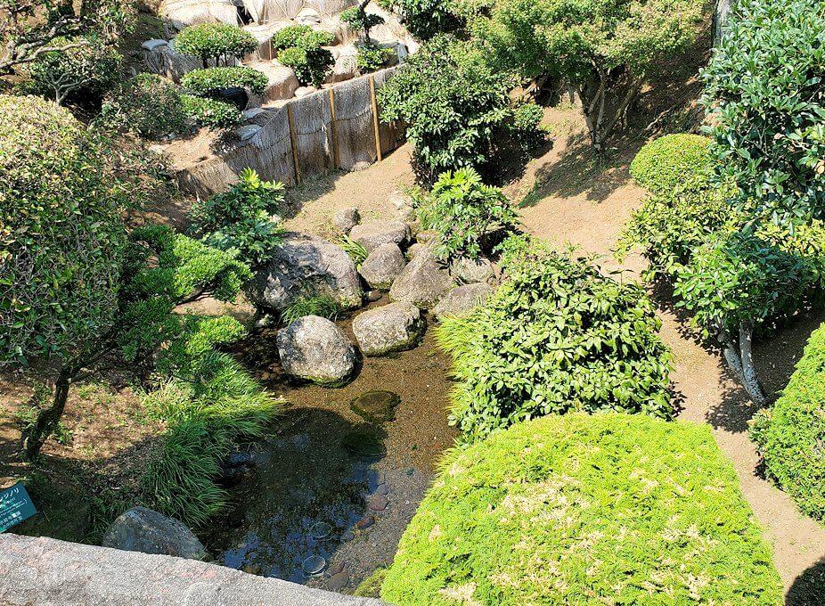 水前寺成趣園にある八幡宮の赤い鳥居周辺