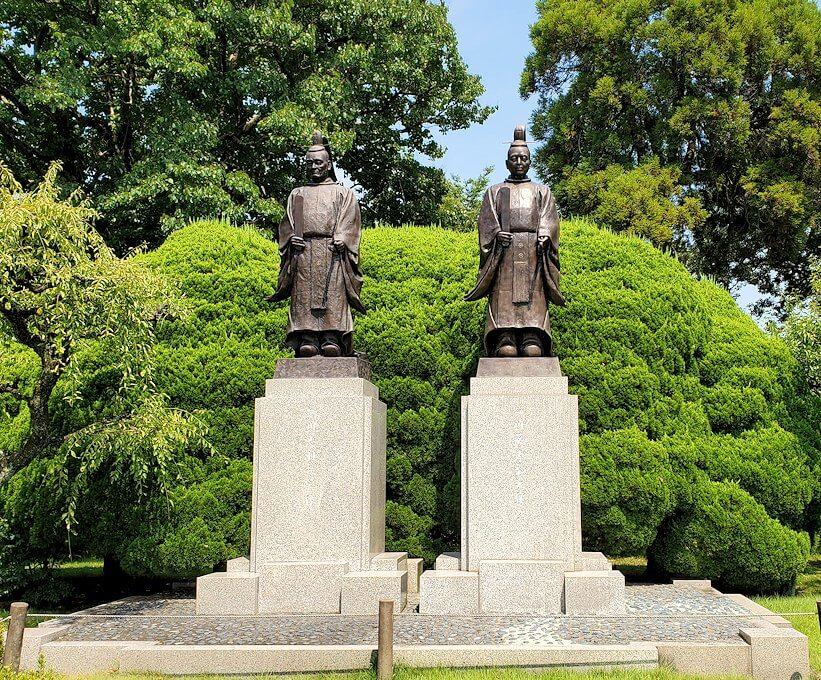 水前寺成趣園にある、細川忠利と細川幽斎の銅像