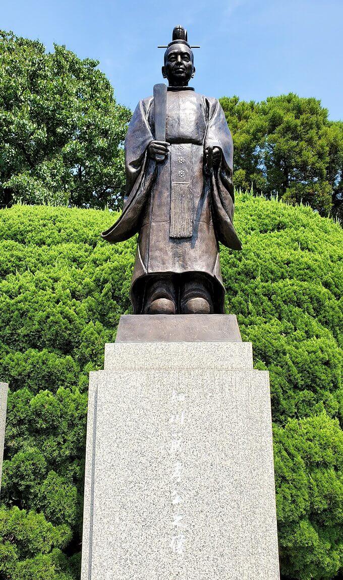 水前寺成趣園にある、細川忠利と細川幽斎の銅像-1