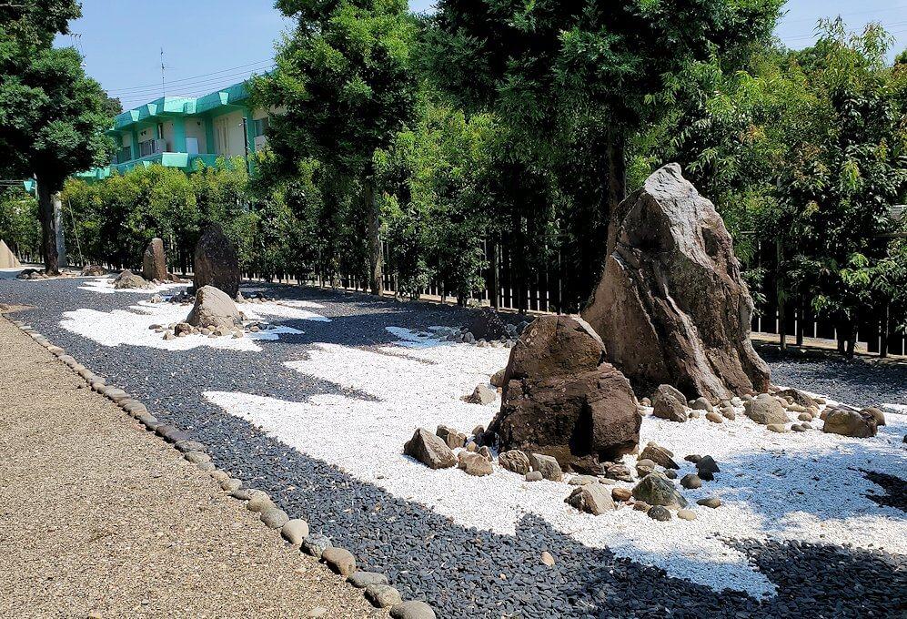 水前寺成趣園にある石を置いた庭園
