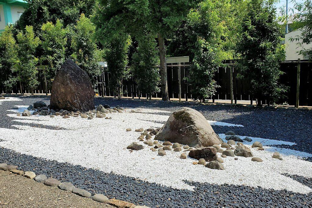 水前寺成趣園にある石を置いた庭園-2