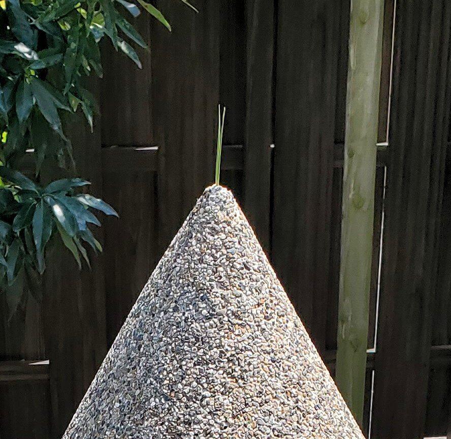 水前寺成趣園にある三角錐の砂の先端