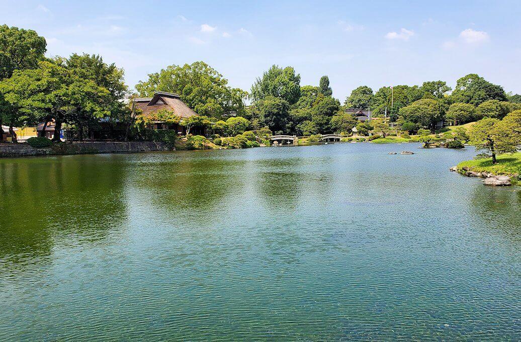 水前寺成趣園内の池を見ながら進む