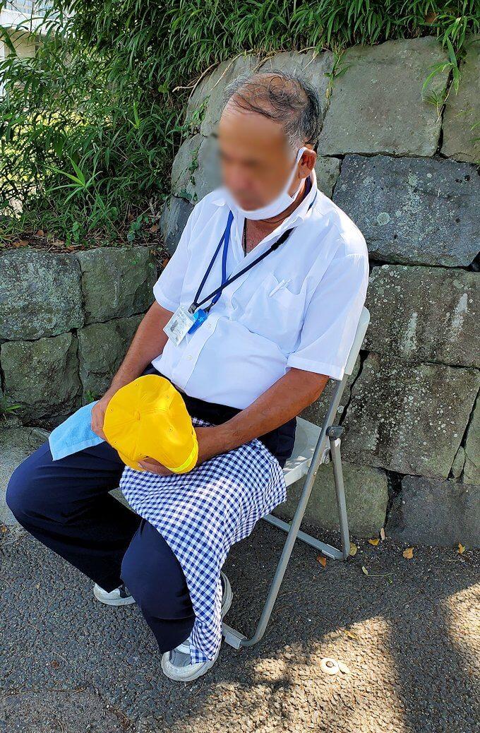 熊本城付近で椅子に掛けて眠るボランティアのオジサン