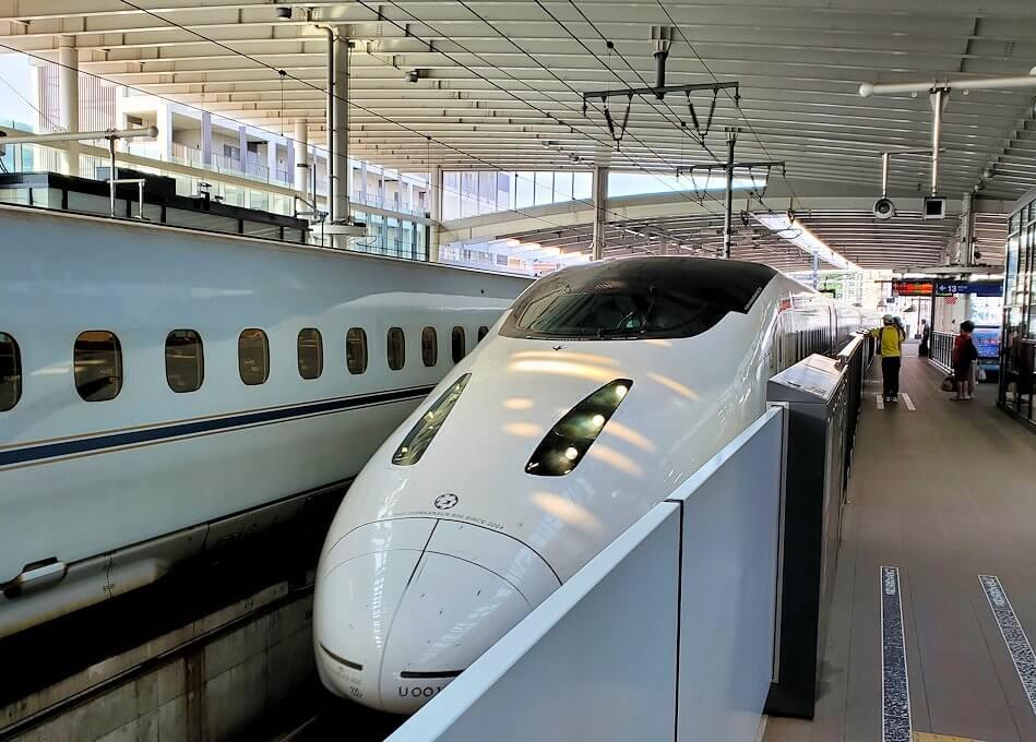 熊本駅に新幹線が到着する