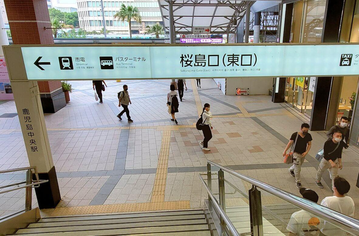 鹿児島中央駅の東口へと進む