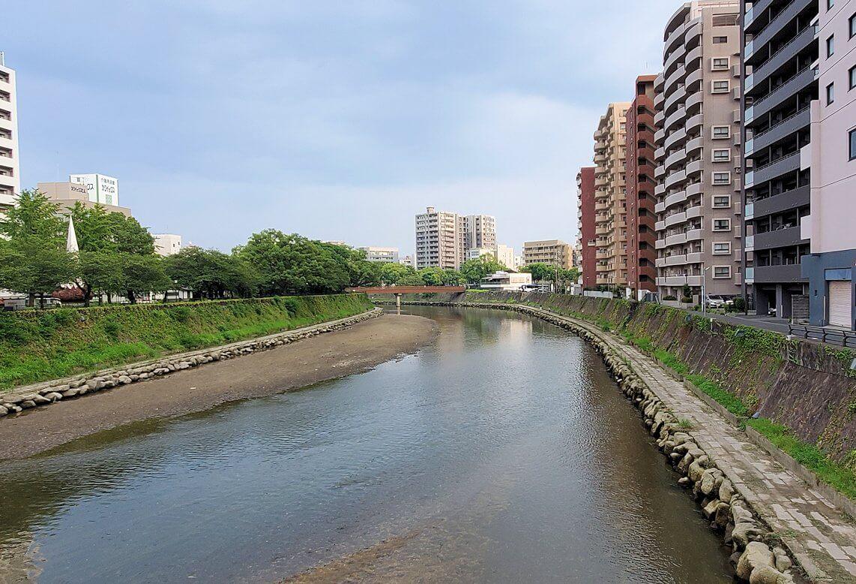 鹿児島中央駅から東に向かい、川を渡る