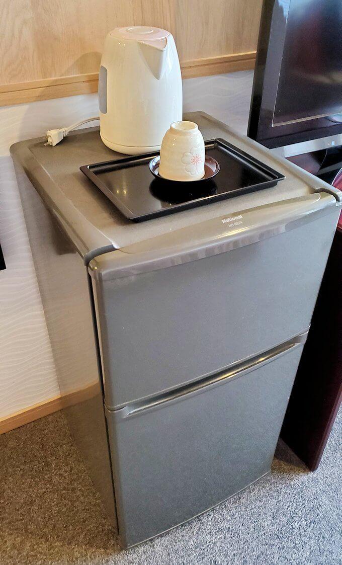 「ホテル&レジデンス南州館」のシングルルームにある冷蔵庫