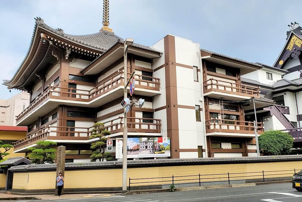 「ホテル&レジデンス南州館」の横に建つ本願寺