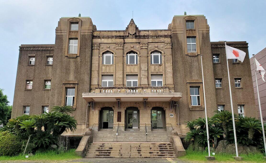 鹿児島市内にある、小松帯刀の像近くの建物