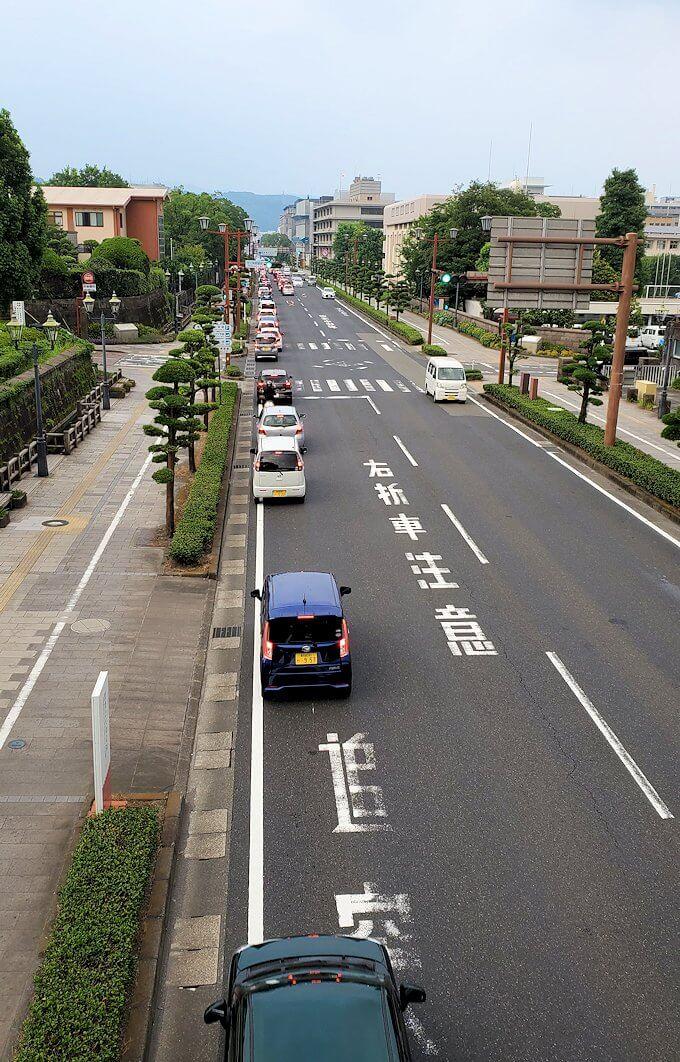 鹿児島市内の西郷隆盛像前の歩道橋から見た道路状況